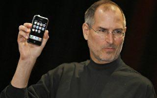 2007年1月时的乔布斯,发表智能手机iPhone的身影。(摄影:Tony Avelar/AFP/Getty Images)