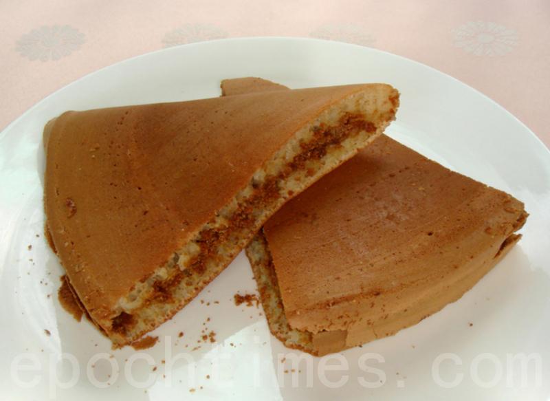 """软Q香甜的""""满煎糕""""是充饥、解馋的小吃(摄影: 彩霞 / 大纪元)"""