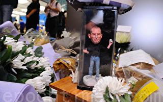 频果创办人乔布斯病逝,香港频果迷献花悼念。(摄影:宋祥龙 / 大纪元)