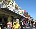 图:加州医用大麻合法已经15年,周五联邦检察官宣布将关闭若干大麻药店。图为圣塔莫妮卡海滩边上的一家大麻药店。(摄影:刘菲/大纪元)