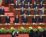 江参加中共所谓辛亥革命一百周年纪念大会,但是老江显然已支撑不了身体,不得不用双手支撑桌面,而且衣服上还有特殊的凸点。江的硬挺出场,让人想起了黄菊之死。(Getty Images)