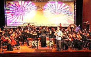 市長蘇家明(該團團長)上台獻唱閩南語歌曲「南都夜曲」(攝影:徐乃義/大紀元)