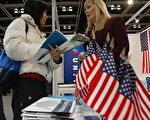 2005年在香港舉辦的美國高等教育展覽會,北美的大學發現,留學生作弊和抄襲的比例高於本國學生。( TED ALJIBE/AFP/Getty Images)