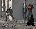 """街道上战火激烈,弹壳遍地,""""淡定哥""""吉他弹唱,置生死于度外。(图片:AFP)"""