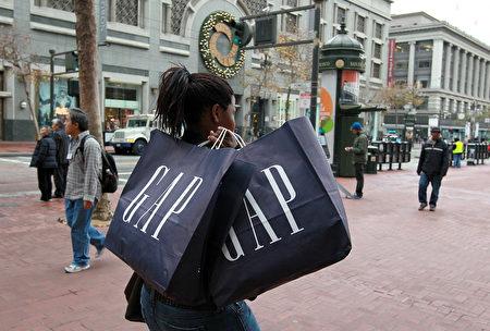 曾陪伴一代人成长的美最大服饰连锁店GAP,营利欠佳,两年内将关闭美本土21%门市。图为2010年旧金山街景。 (摄影 Justin Sullivan/Getty Images)
