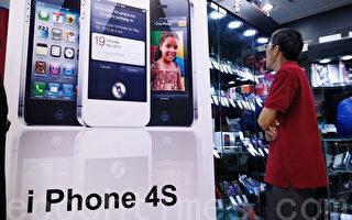 """苹果公司最新款智能手机iPhone 4S,首批水货在旺角先达广场""""率先""""开售。(摄影:宋祥龙/大纪元 )"""