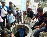 小朋友经由古井打水的体验,也让他们知道早期长辈生活的模式与用水不便,更要珍惜节约用水。(嘉义市政府文化局提供)
