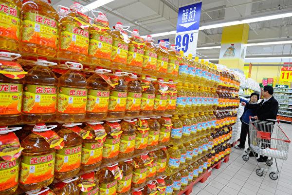 大陸職業「打假」橫行,有人屢次用神秘工具將老鼠放入密封完好的塑料瓶裝產品中,向廠家、銷售商索取巨額賠償。(TEH ENG KOON / AFP)
