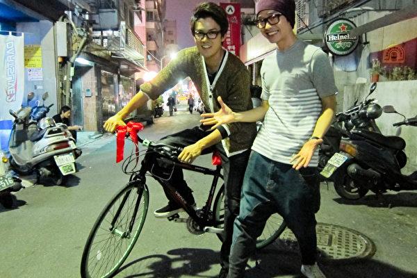 張棟樑送單車 吳克羣生日宴試騎