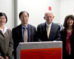 (左起)經文處文化組長黃薳玉、杜榮佳教授、薛龍博士(Dr. Ronald Sulezki)和伍麗華合影。(文化組提供)