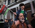 卡扎菲被击毙的消息,迅速传遍世界各地,人们上街庆祝。(Dan Kitwood/Getty Images)