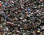 10月21日,数万示威群众走上也门首都沙那街头,要求总统萨利赫(Ali Abdullah Saleh)下台。(AFP)