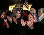 2011年10月20日,是利比亚人民举国欢庆的日子,因为就在这一天,曾经带给人民暴力、血腥、恐怖的前独裁者卡扎菲终于死在了人民手中。(Staff: Alex Wong / 2011 Getty Images)