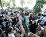 随着卡扎菲被击毙,长达近42年的卡扎菲独裁统治宣告结束,数十万利比亚民众上街载歌载舞,欢庆这一历史性的胜利。(AFP)