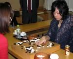 21岁的台湾女棋士谢依旻24日晚在东京打败挑战者向井千瑛,5连霸女流本因坊头衔,成为日本围棋史上第一个名誉女流本因坊。(中央社)