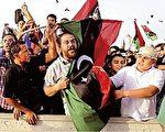 10月23日,利比亚全国过渡委员会正式宣布全国解放后,在利比亚第三大城市米苏拉塔(Misrata),民众涌上街头庆祝。(PHILIPPE DESMAZES/AFP/Getty Images)