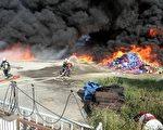非法泡棉堆置场大火,火势一发不可收拾,现场所有泡棉立即被大火吞噬,浓烟烈火窜天,景象吓人。(中央社提供)