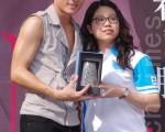 馬來西亞粉絲專程來送上禮物(攝影:黃宗茂/大紀元)