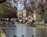 英国科茨沃尔德保有浓厚的英国小镇风味。图为水上博尔顿村温德拉什河河岸风光。(图片来源:Matt Cardy/Getty Images)