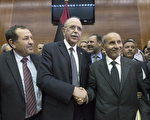 利比亚选出吉布(Abdurrahim el-Keib)(中)为利比亚总理。(Getty Images)