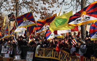 大約五百名西藏人參加在國會山的集會後遊行到中使館前抗議。(攝影:蘇雋/大紀元)