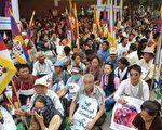接连发生了西藏僧侣的自焚,10月19日居住在印度的流亡西藏人在新德里群聚抗议中共。(图片来源:AFP)
