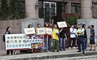 香港區議會選舉 社民連抗議曾蔭權做秀