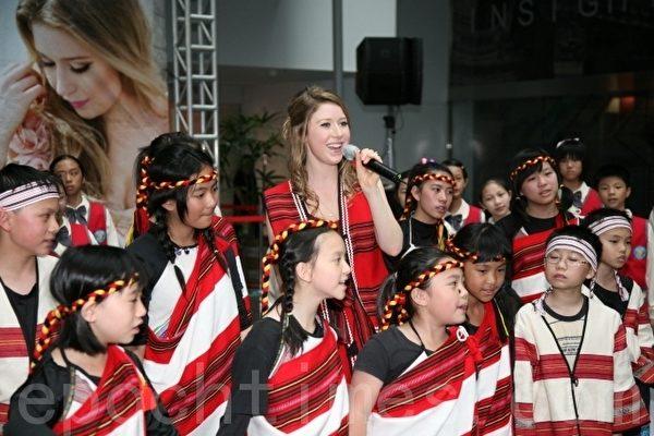 """海莉.迪.薇思特拉(Hayley Dee Westenra),以联合国亲善大使身份首度访问台中市,以原住民服饰和小朋友们合唱""""月亮代表我的心""""。(摄影: 黄玉燕 / 大纪元)"""