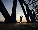 据中国大陆知情人士透露,十二五铁路投资总计或为2.5万亿,只对一些小线路进行调整,主干线保持原计划的建设速度。图为正在建设的高铁。(STR/AFP/Getty Images)