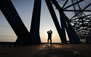 據中國大陸知情人士透露,十二五鐵路投資總計或為2.5萬億,只對一些小線路進行調整,主幹線保持原計劃的建設速度。圖為正在建設的高鐵。(STR/AFP/Getty Images)