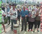 控诉官员非法强征强拆,福州市仓山区盖山镇农民敲锣打鼓请愿。(知情者提供)