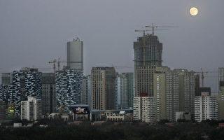 中共之所以可以在中国制造出十年的虚假繁荣景象,很大程度依赖于国民在中共60多年来搞的政治运动中,对高压和不公锻练出了极高的耐受度。图为北京的楼群。 (FREDERIC J. BROWN/AFP/Getty Images)