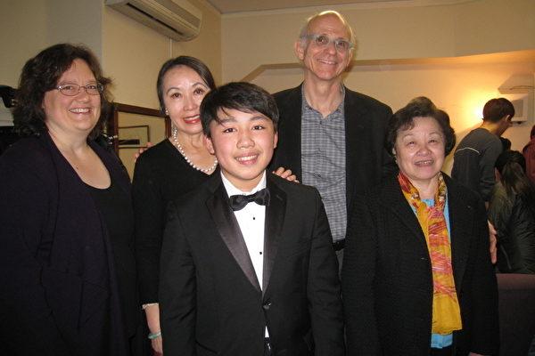 16歲天才鋼琴家黎卓宇(中)在Jordan Hall舉行個人獨奏會。(中華表演藝術基金會提供)