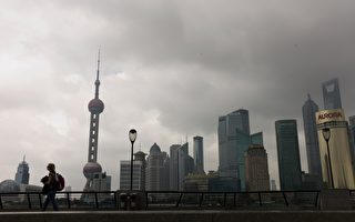 """日前,上海市房管局强调:房价降幅超20%,需要重新备案。这一措施被广泛解读为全国首个""""限降令""""。图为,8月30日的上海一景。(PHILIPPE LOPEZ/AFP/Getty Images)"""