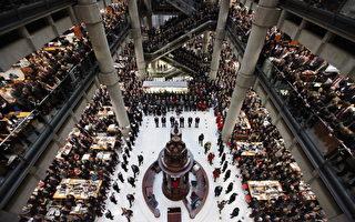 劳埃德保险公司伦敦总部的全体员工在阵亡将士纪念日当天默哀两分钟。 (Oli Scarff/Getty Images)