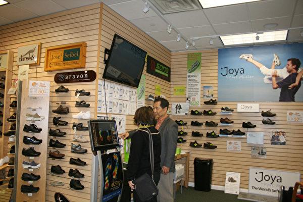 Shoevillage鞋城宋老闆正在為顧客做免費足底掃瞄。(攝影:王曉蓮/大紀元)