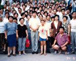 在济南讲法李洪志师父与学员合影(第二排右三,著咖啡色上衣者为何女士)。(明慧网)
