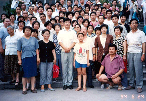 在濟南講法李洪志師父與學員合影(第二排右三,著咖啡色上衣者為何女士)。(明慧網)