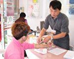 透过抽血3至5cc即可进行爱滋病筛检。(摄影:李撷璎/大纪元)