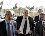 2011年11月22日,国际刑事法院首席检察官路易斯‧莫雷诺 - 奥坎波(Luis Moreno-Ocampo)(中)抵达在的黎波里的酒店,左为利比亚临时司法部长Mohammed Al-Allagui (JOSEPH EID/AFP/Getty Images)