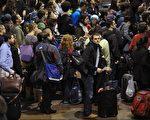 感恩节前夕是美国全年交通最繁忙时期之一。图为2011年11月23日,在华盛顿联合车站排队等候的假日旅客(AFP PHOTO/Mandel NGAN)