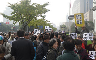 """上海上千老""""知青""""示威  逼退警察"""
