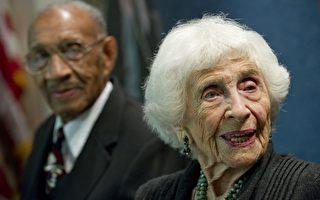 美102岁心理治疗师热爱工作不退休