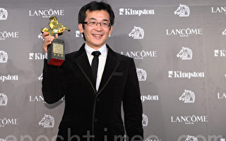 《赛德克.巴莱》获得最佳剧情片,导演魏德圣开心与奖座合影。 (摄影:宋碧龙/ 大纪元)