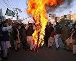 2011年11月29日,巴基斯坦逊尼派(Sunni Tehreek)分子在拉瓦尔品第(Rawalpindi)焚烧美国国旗抗议北约11月26日在巴基斯坦与阿富汗边界的空袭事件。(AFP PHOTO/Farooq NAEEM)