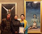 纽约著名诗人黄翔(左)与金奖得主陈肖平合影。中为黄翔的夫人张玲。(摄影:杜国辉/大纪元)