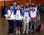 中华民国囯际象棋协会代表队参加2011年巴西世界杯青年囯际象棋锦标赛。后排左起教练岳威伯、当地侨领台佐英。(巴西代表处提供)
