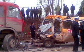 """11月16日甘肃发生校车事故,中国老百姓称""""血染的校车""""。事件导致21人死亡。(法新社)"""