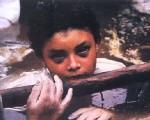 这个小女孩在泥石流中苦苦挣扎60小时,双手泡得肿胀,眼神黯淡,依然失去了生命。(网络图片)