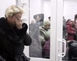 焦虑的矿工家属在临时抢救站等待亲人消息。(Getty Images)